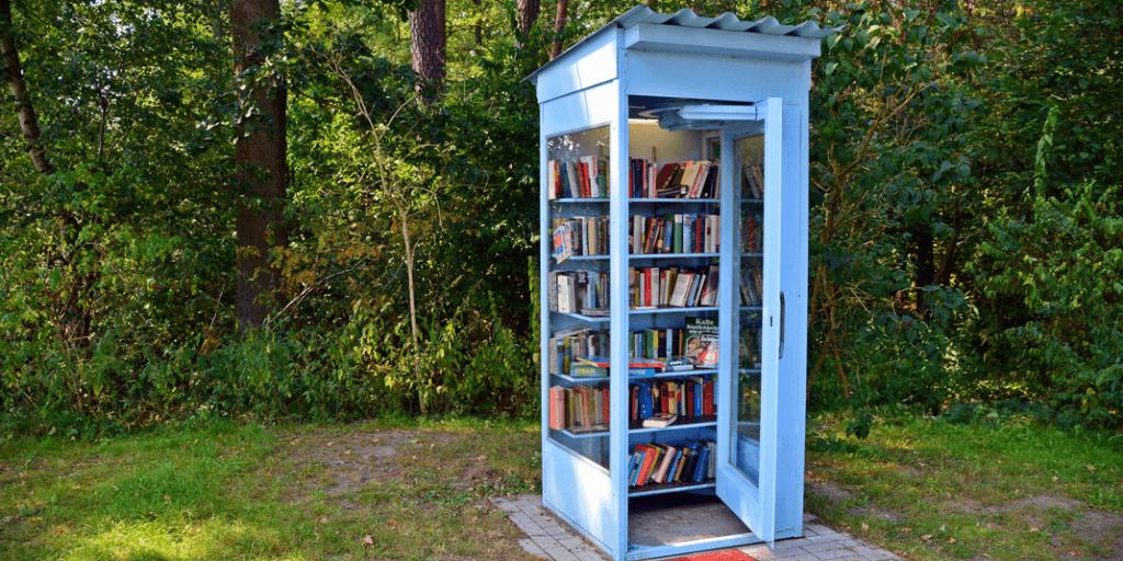 Boîte à livres dans une cabine téléphonique